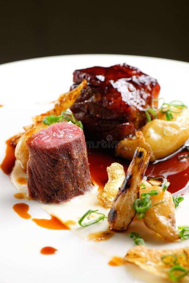 Hautekeuken, geroosterde Lamslapjes vlees met een saus van haven stock foto