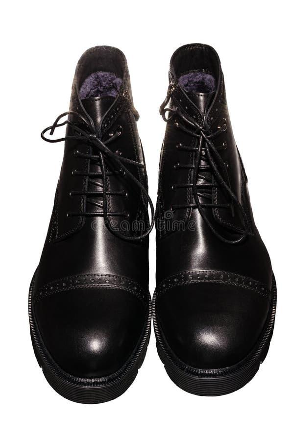 Hautes bottes noires d'hiver avec le laçage et la serrure sur la semelle épaisse, du cuir et de la fourrure photo libre de droits