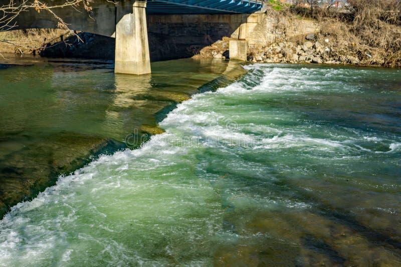 Hautes eaux au-dessus du barrage de rivière de Roanoke photos libres de droits