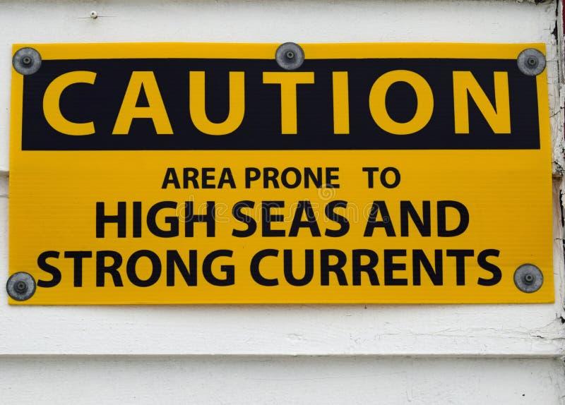 Hautes mers et signe de précaution de courants forts images stock