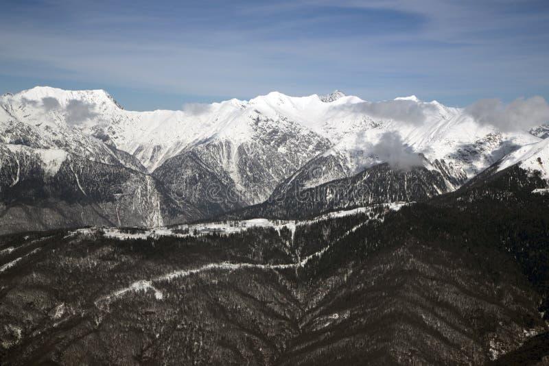 Hautes montagnes contre le ciel bleu altitude de 2320m photographie stock