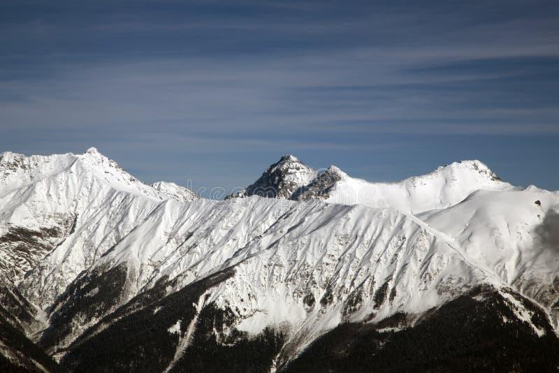 Hautes montagnes contre le ciel bleu altitude de 2320m image libre de droits