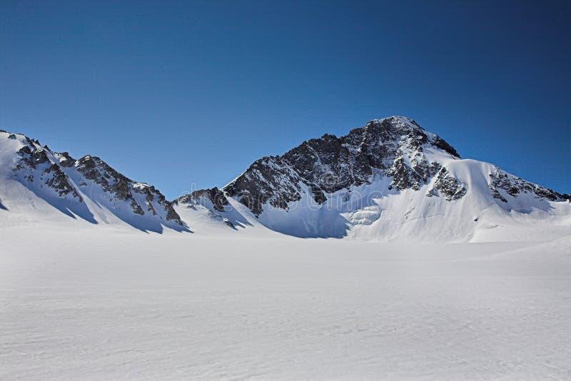 Hautes montagnes couvertes de neige photographie stock libre de droits