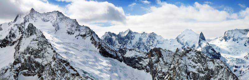 Hautes montagnes en hiver. image stock