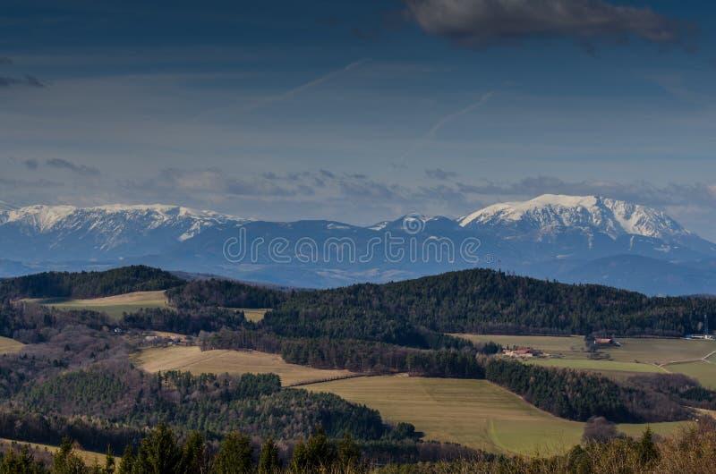 hautes montagnes et paysage vert images stock