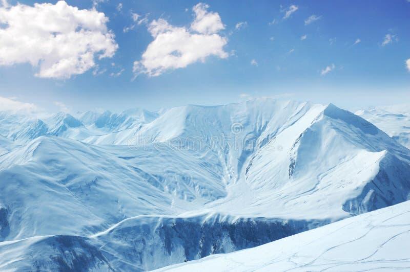 Hautes montagnes sous la neige images stock
