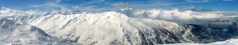 Hautes montagnes sous la neige en hiver photographie stock libre de droits