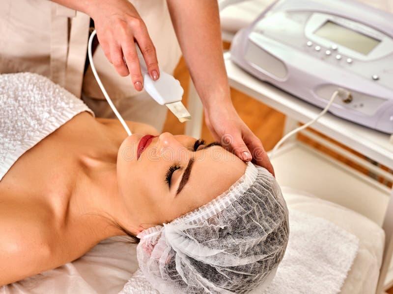 Hautpflege der Ultraschallgesichtsschale Ultraschallreinigungsverfahren stockfotografie