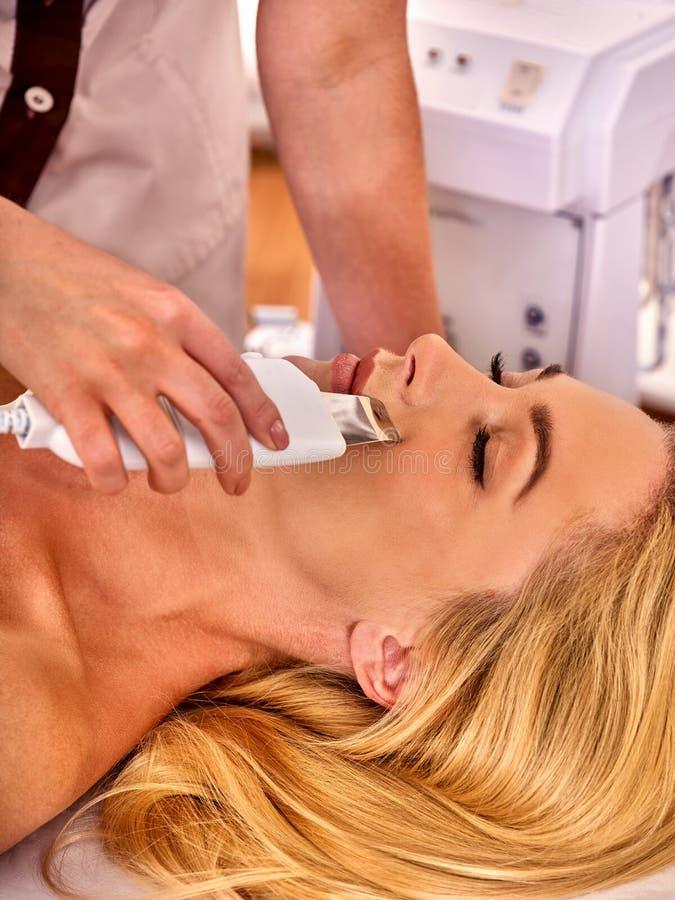 Hautpflege der Ultraschallgesichtsschale Ultraschallreinigungsverfahren lizenzfreie stockfotografie