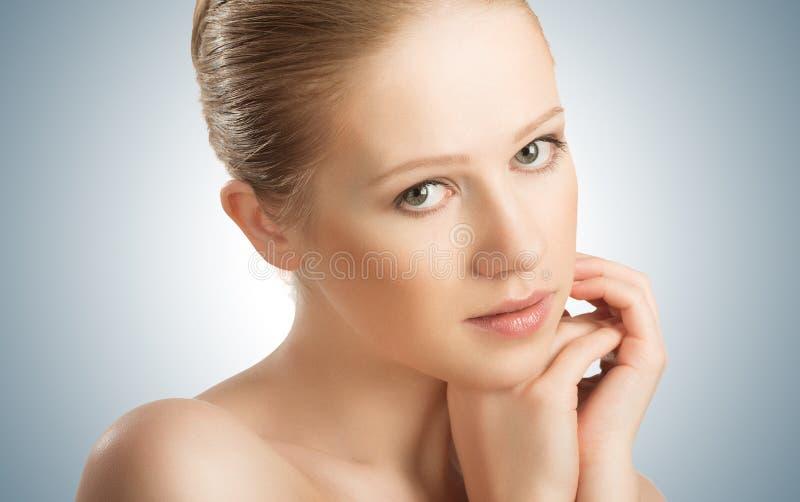 Hautpflege. schöne junge gesunde Frau des Gesichtes lizenzfreies stockbild