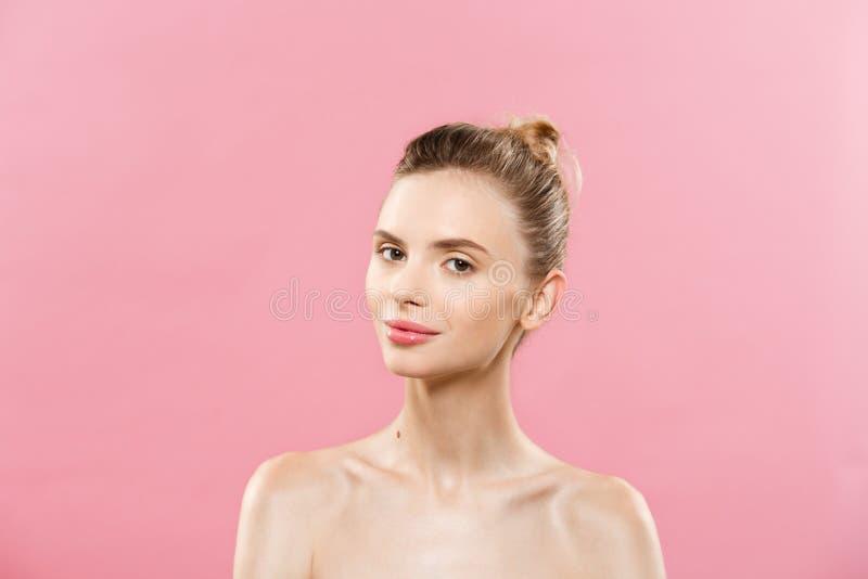 Hautpflege-Konzept - reizend junge kaukasische Frau mit perfekter Make-upfotomontage des Brunettemädchens ein getrennt worden lizenzfreies stockbild