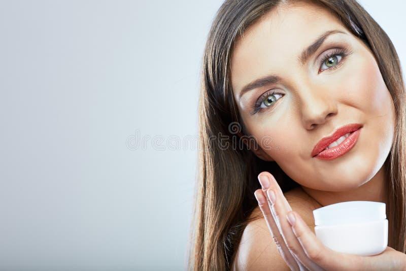 Hautpflegegesichts-Frauenporträt Makrodetail des kosmetischen Behälters voll echter Perlen über Himmelnachahmunghintergrund stockfotografie