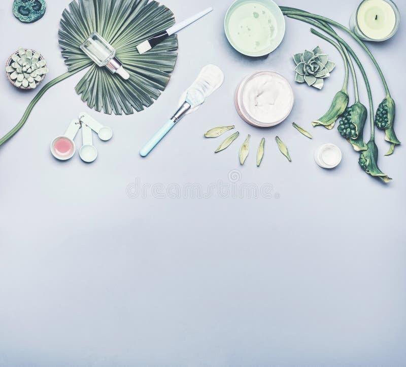 Hautpflegekosmetik und Gesichtsblattmaske Verschiedenes Kosmetikprodukt: Serum, Creme und Gel mit tropischen Blättern und Blumen lizenzfreie stockfotos