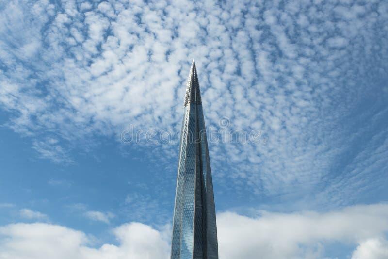 Hauts bâtiments en verre modernes dans les nuages un jour ensoleillé le bâtiment ressemble à une flèche image stock