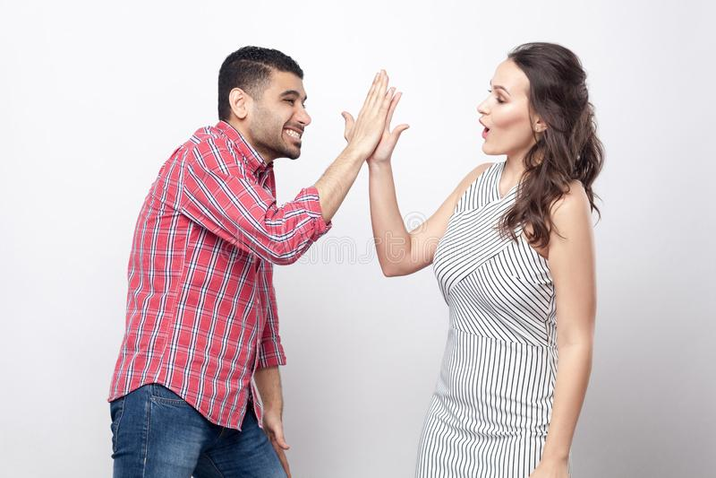 Hauts cinq Portrait de vue de côté de profil d'homme bel heureux dans la chemise à carreaux rouge et la belle femme dans la robe  photo stock