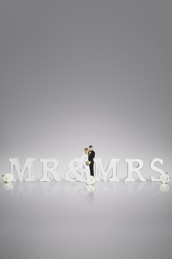 Hauts de forme de gâteau de jeunes mariés de concept de jour du mariage et signe en bois de mr&mrs photographie stock libre de droits