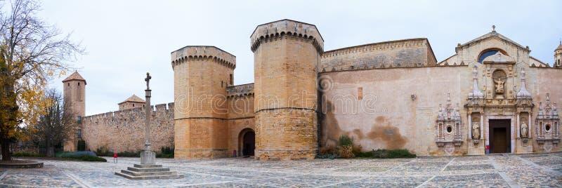 Hauts murs de monastère de Poblet photographie stock