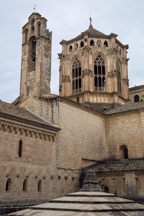 Hauts murs de monastère de Poblet photographie stock libre de droits