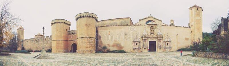 Hauts murs de monastère de Poblet image stock