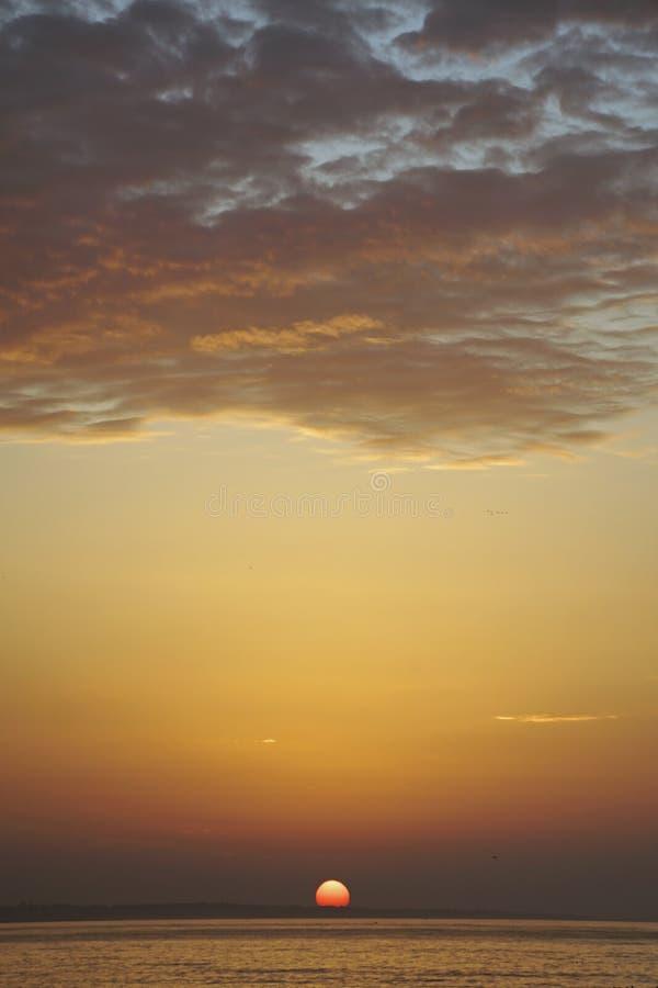 hav över soluppgång athwart ovanför den härliga naturen för morgonen för guld för fågeloklarhetsfärger tidiga klipska stiger den  arkivbilder