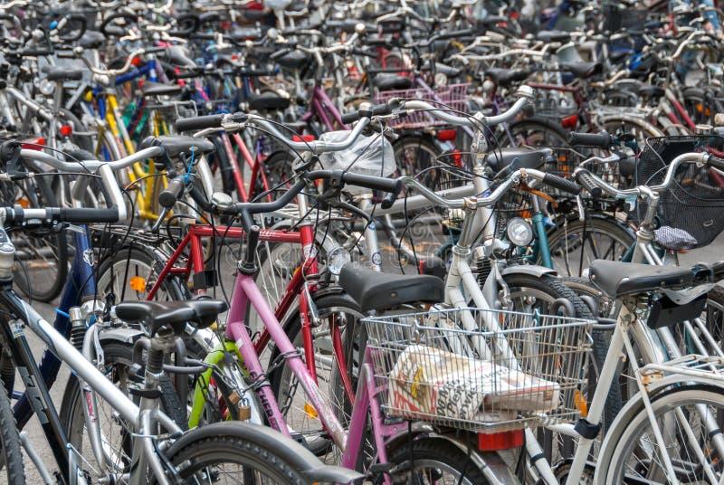 Hav av cyklar som parkeras i centrala Munich royaltyfria bilder