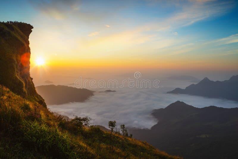 Hav för Phu Chifa av mist med soluppgång, royaltyfri bild