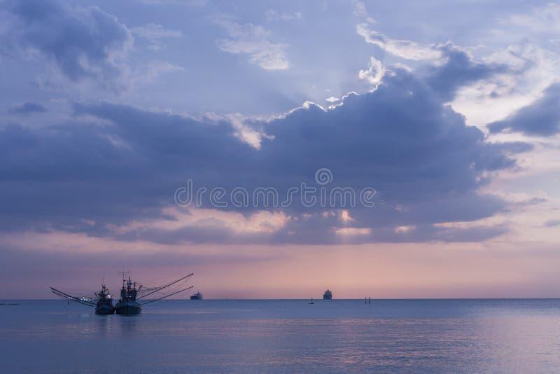 Hav fartyg, skymning arkivbild