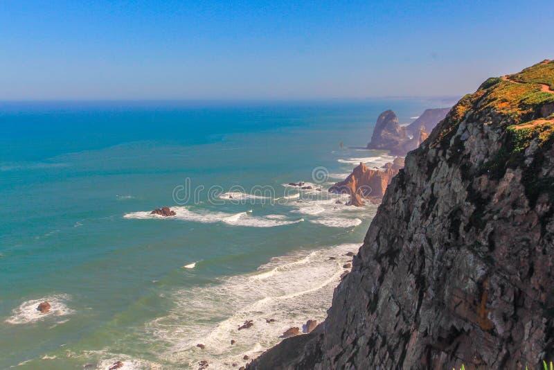Hav med berg i Cabo Da Roca, huvudstad av Portugal royaltyfri bild