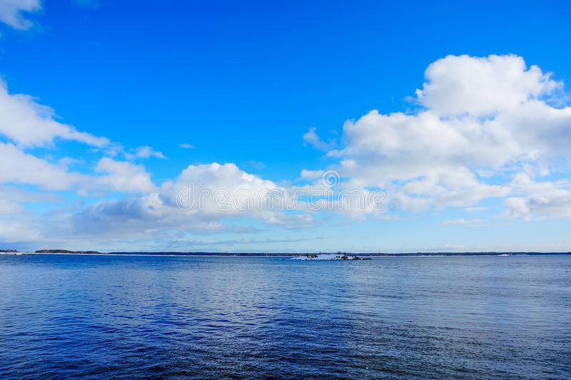 Hav med molnig blå himmel i vinter royaltyfri bild