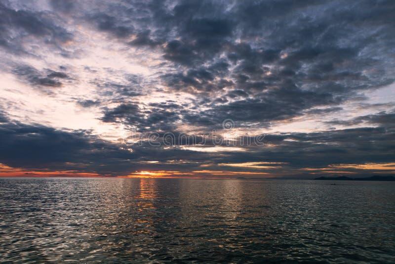 Hav med solnedgång royaltyfria bilder