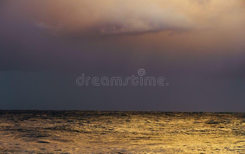 Hav med stormiga moln arkivbilder