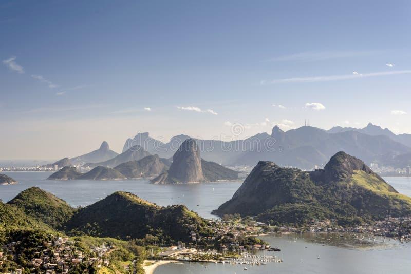 Hav och berg av Rio de Janeiro fotografering för bildbyråer