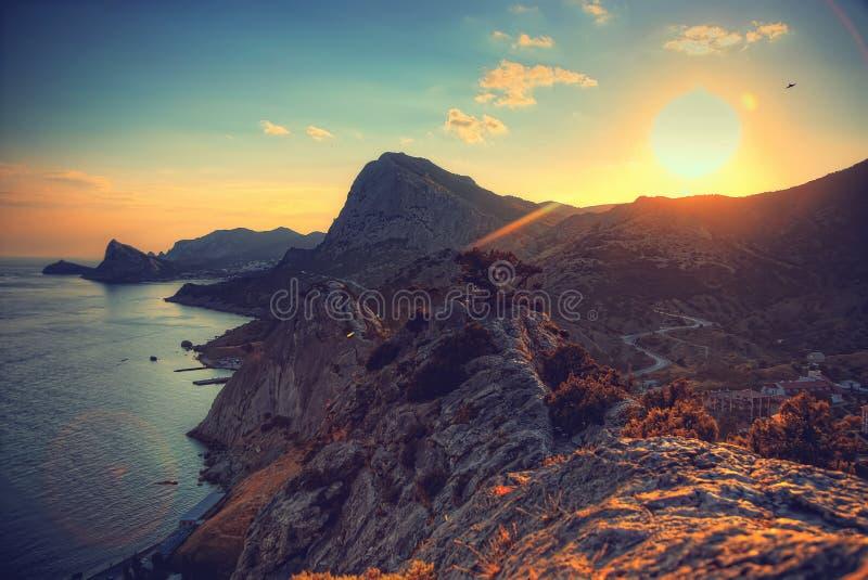 Hav och berg på solnedgången naken sky för blå crimea kullliggande mot bakgrund field blåa oklarheter för grön vitt wispy natursk royaltyfri bild
