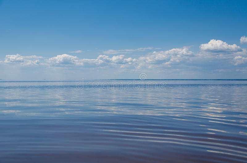 Hav och blå himmel med moln fotografering för bildbyråer