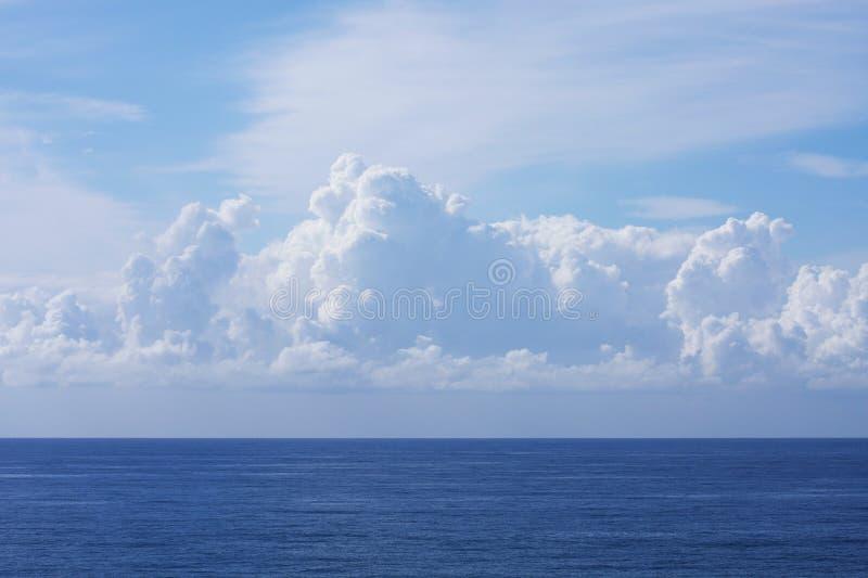 Hav och drömlika moln fotografering för bildbyråer