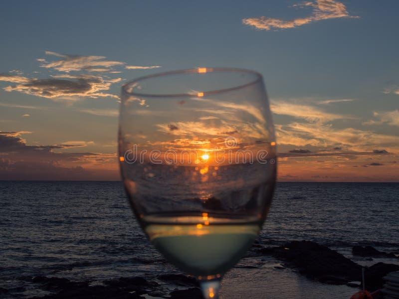Hav och exponeringsglas av vin på solnedgången Pantelleria Sicilien, Italien arkivfoto