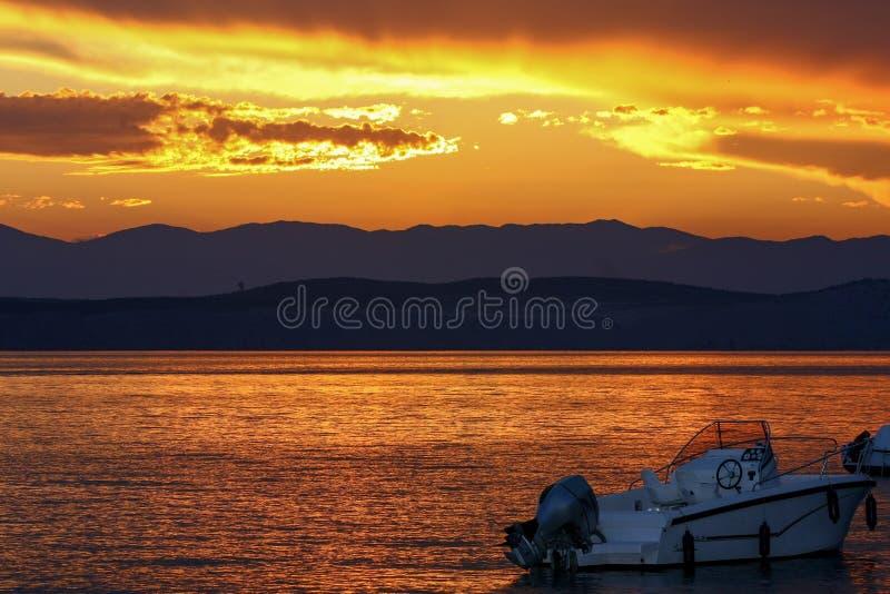 Hav och fartyg på solnedgången - Seascape royaltyfria foton