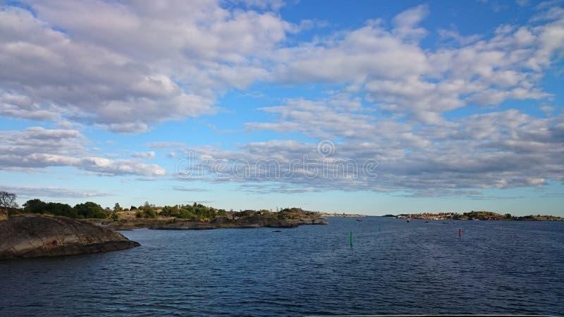 Hav och molnig himmel över royaltyfri fotografi