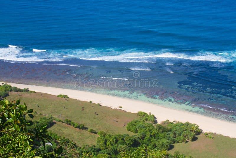 Hav och sandig strand royaltyfri foto