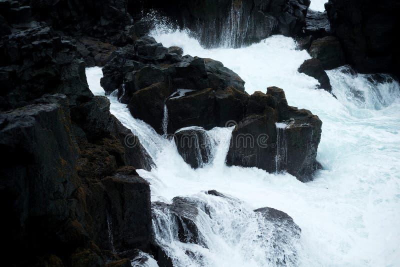 Hav och svarta stenar av Island arkivfoto