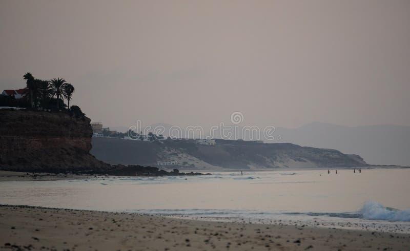 hav Rinnande bränning vinkar på stranden Tidigt på morgonen några minuter för soluppgång royaltyfria bilder