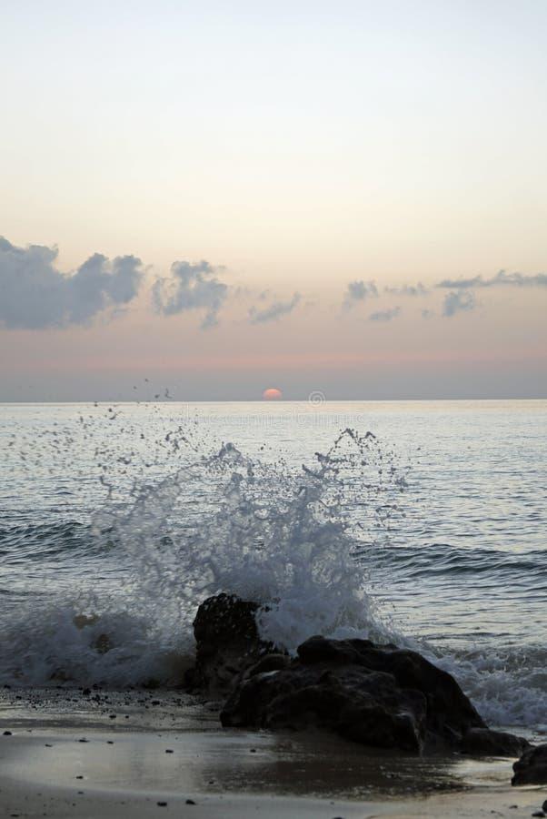 hav Rinnande bränning vinkar på stranden Tidigt på morgonen några minuter för soluppgång royaltyfri fotografi