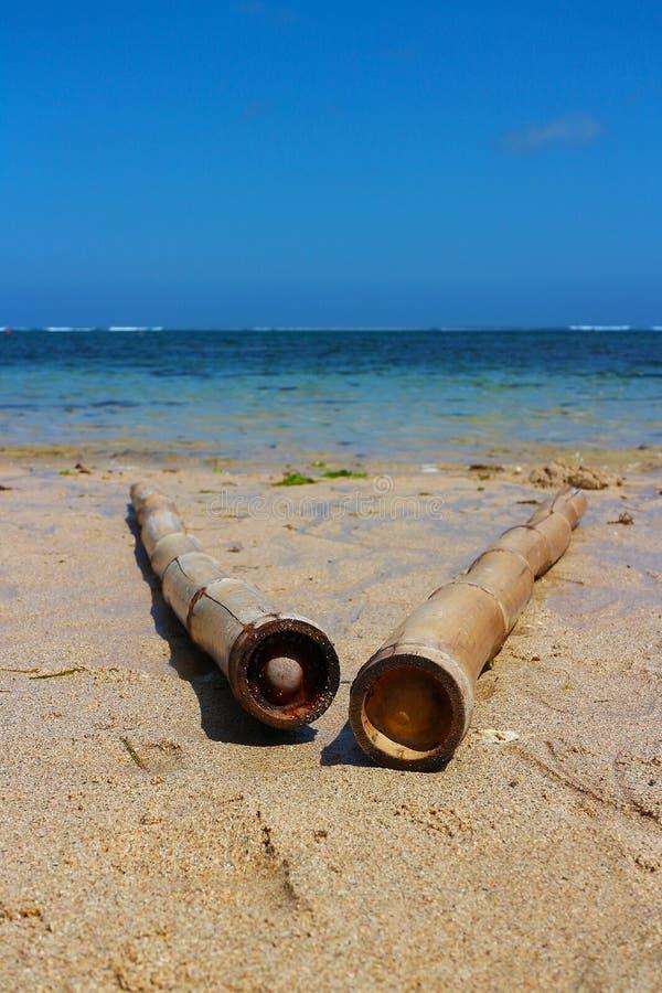 Hav, sand och bambu royaltyfri foto