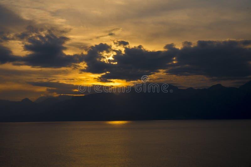 Hav solnedgång, berg, moln royaltyfri fotografi