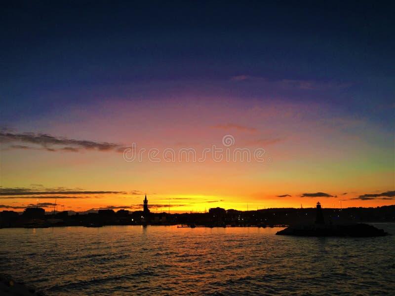 Hav, solnedgång och färger i Civitanova Marche, Italien Tjusning, berlock, tjusning, dragning, skönhet och romantisk atmosfär arkivfoton