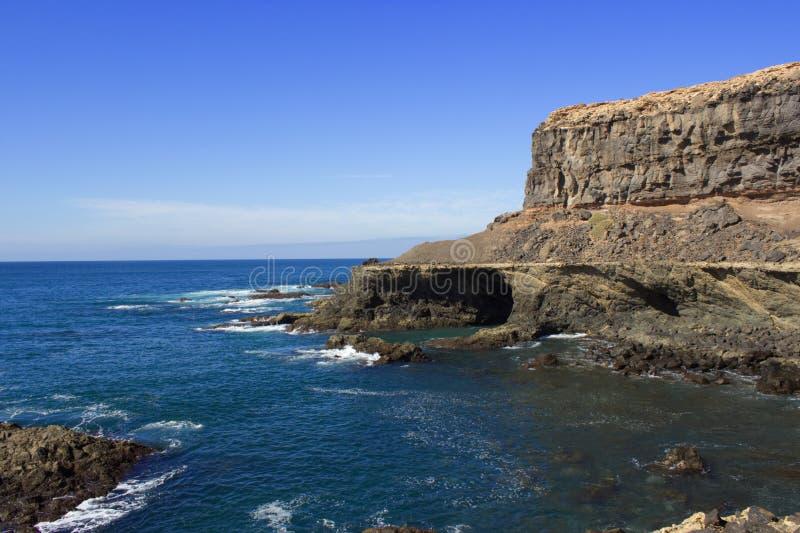 Hav som fästas till kusten med många stenar royaltyfria bilder