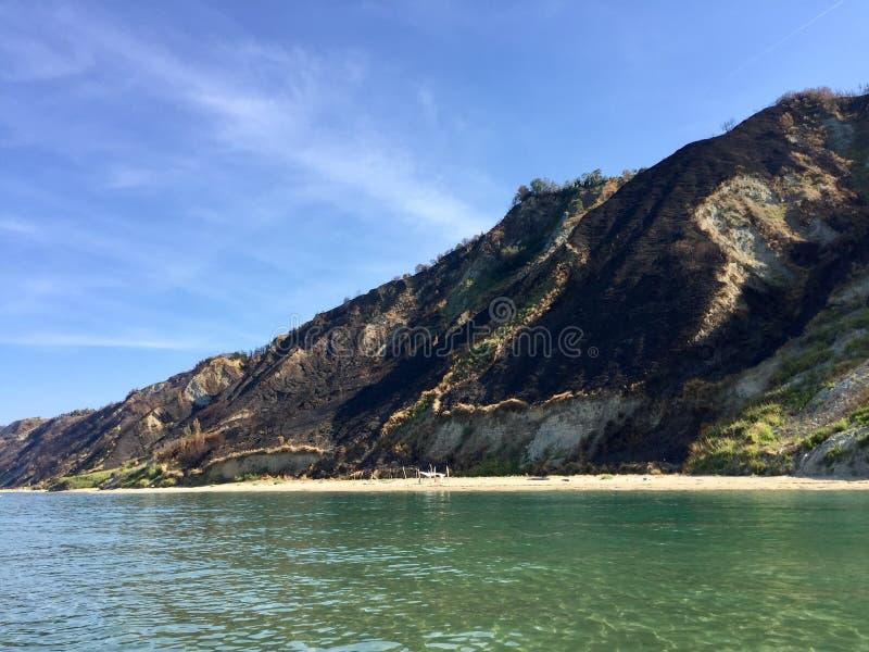 Hav, strand och berg i Fiorenzuola di Focara arkivbild