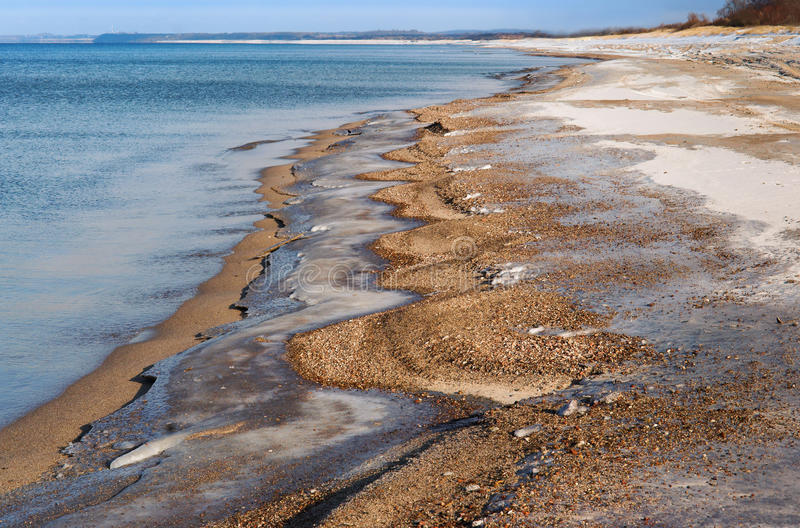 Hav strand, sand, is, vinter, snö, våg royaltyfri bild