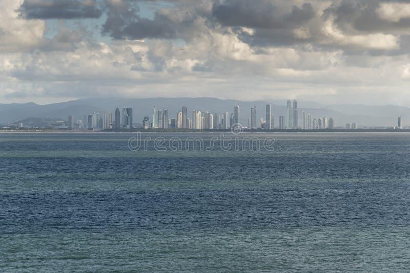 Hav till marina för havcruisePanamastad från öprinsessan som ankras av den Puerto Amador marina fotografering för bildbyråer