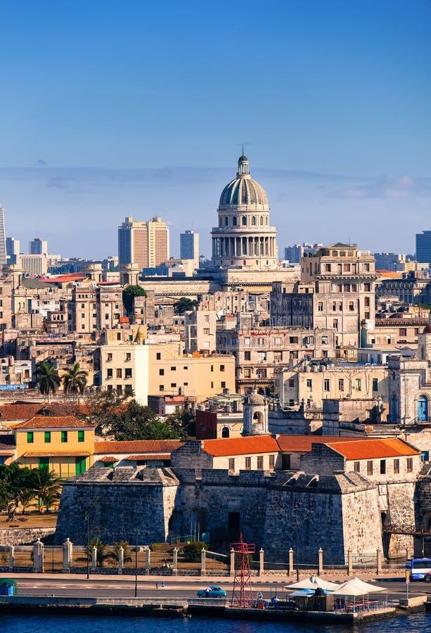 havana Ansicht der alten Stadt durch eine Bucht von Morros Festung lizenzfreie stockbilder